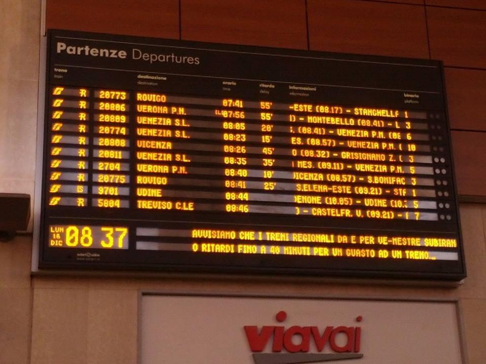 Padova, il tabellone delle partenze segnala ritardi a ripetizione