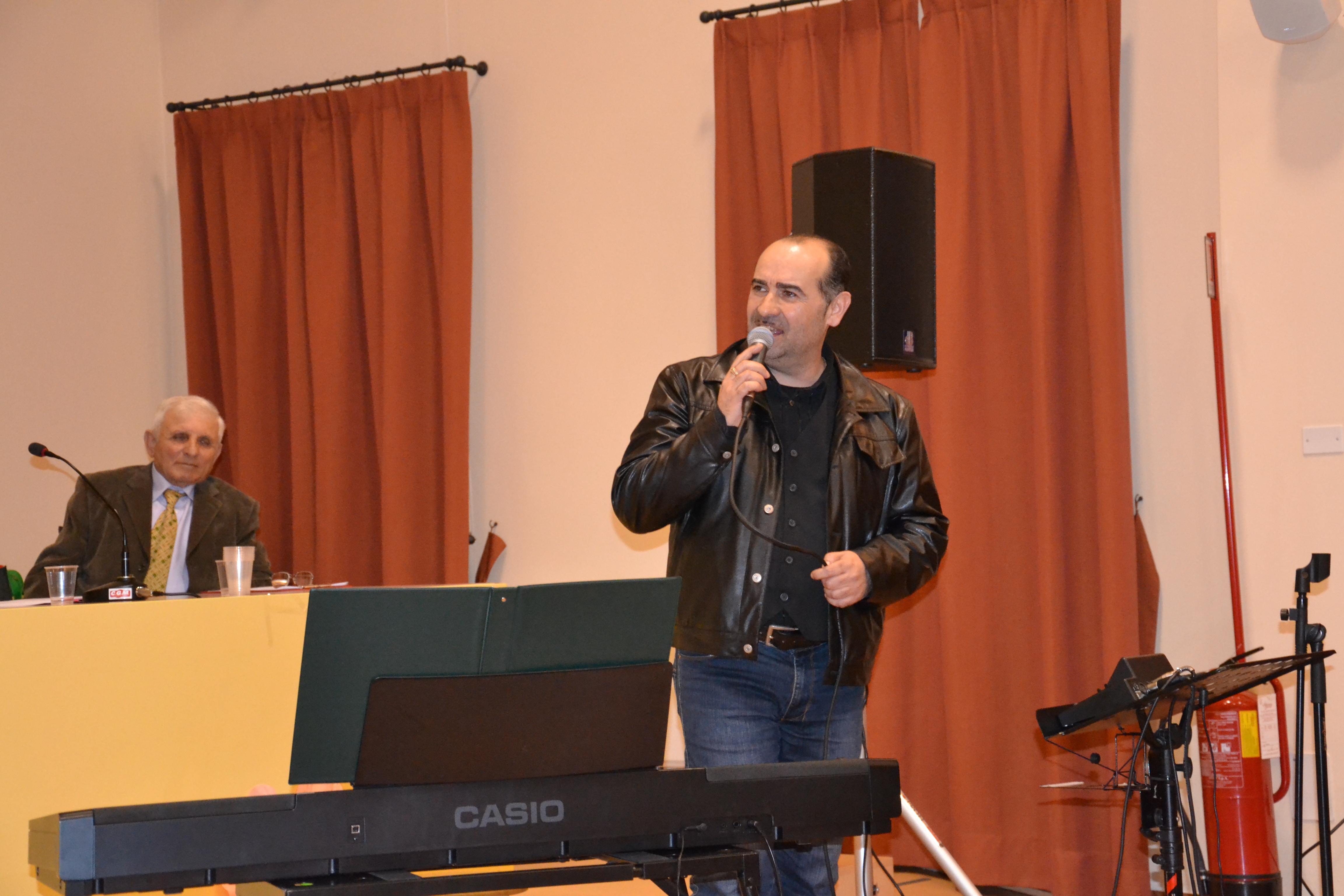 Il cantante Antonello Buoso e il poeta Franco Carlo Lorenzetto durante un momento della serata