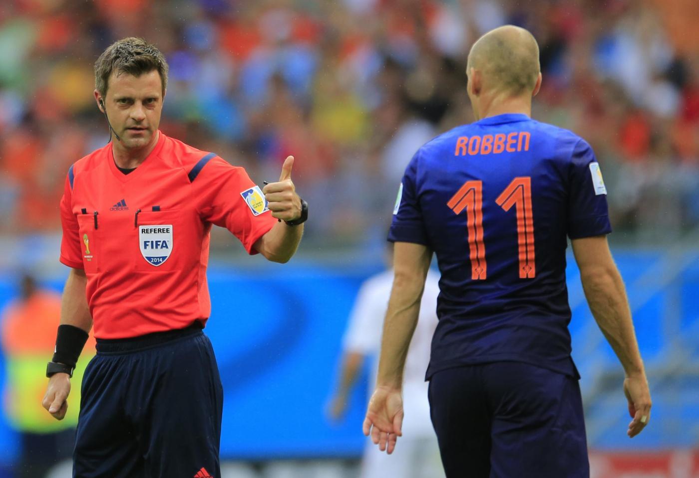 Nicola Rizzoli con Arjen Robben durante Spagna-Olanda del 13 giugno 2014 (AP Photo/Bernat Armangue)