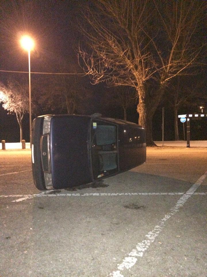 (L'auto ribaltata stanotte in Campo della Fiera a Monselice)