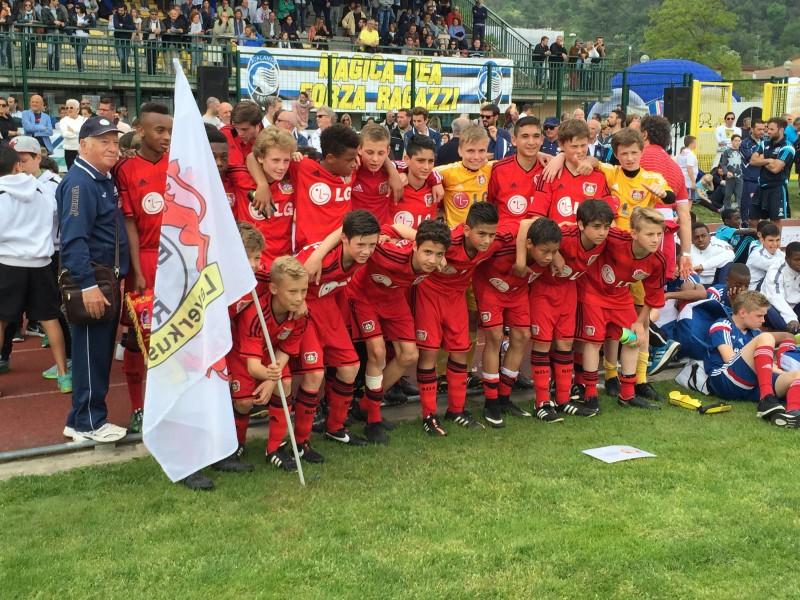 I giocatori del Bayer Leverkusen, vincitore della manifestazione