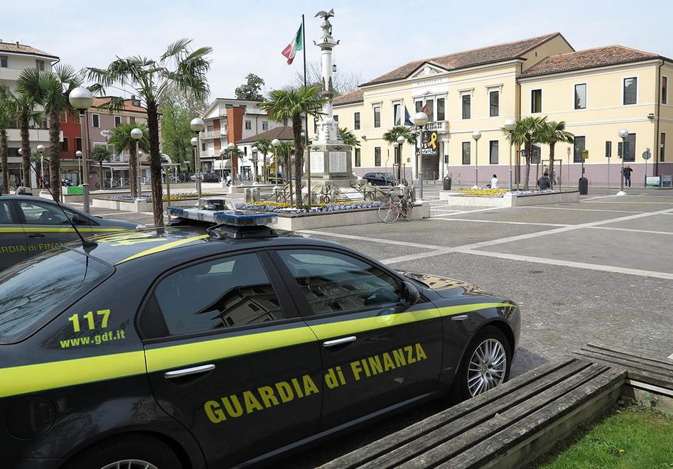 (Auto della GdF di fronte al Comune di Abano Terme. Fonte foto: Il Mattino di Padova).