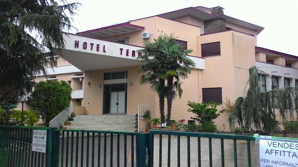 (L'hotel Terme Euganee di via Sant'Elena a Battaglia Terme, dove sono ospitati 28 profughi)