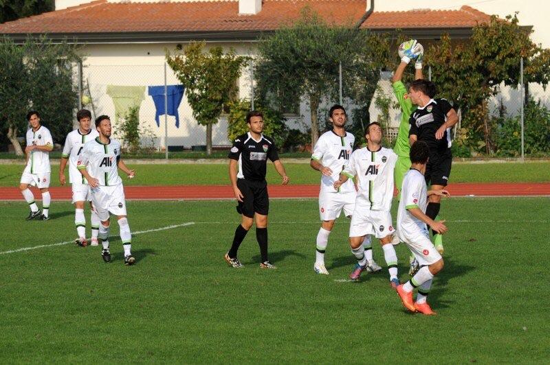 Un'azione del derby aponense del 5 ottobre (Fonte foto: www.abanocalcio.it)