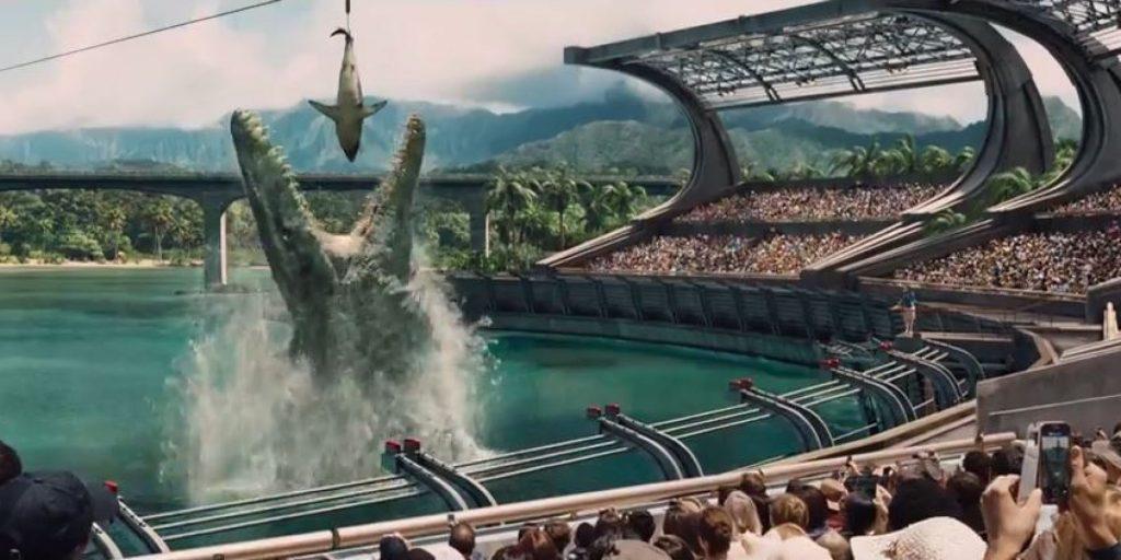Il Mosasaurus divora uno squalo nella Laguna di Jurassic World. (Fonte immagine: www.aintitcool.com)