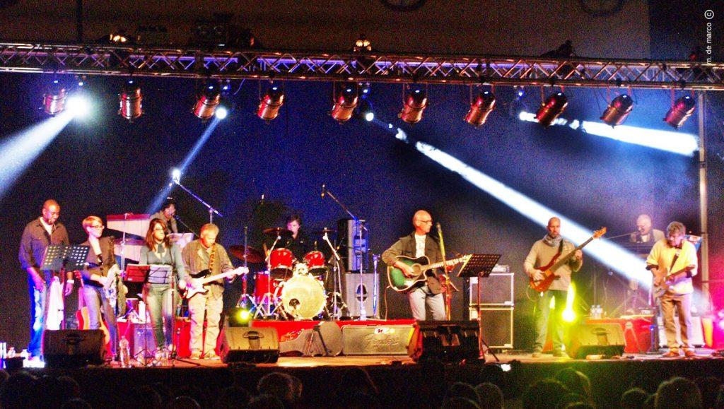 I Dandies, band che questanno festeggia i 50 anni di attività. Fonte foto: monseliceitalia.blogspot.com)