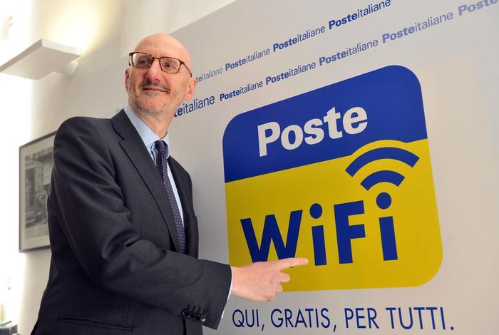 Francesco Caio, ad di Poste Italiane, presenta il servizio Wi-Fi gratuito negli uffici postali. Fonte foto: www.ansa.it)