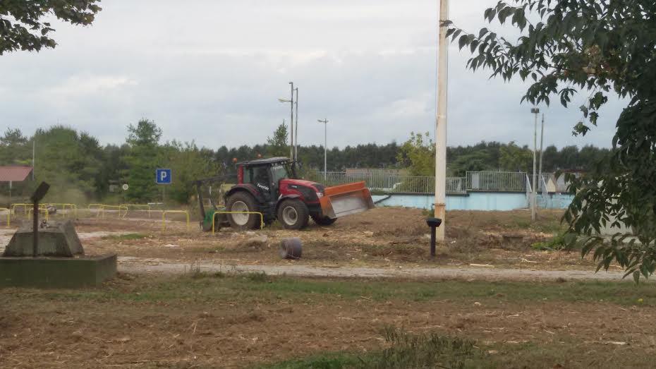 Trattore in azione all'interno della ex base militare di San Siro.