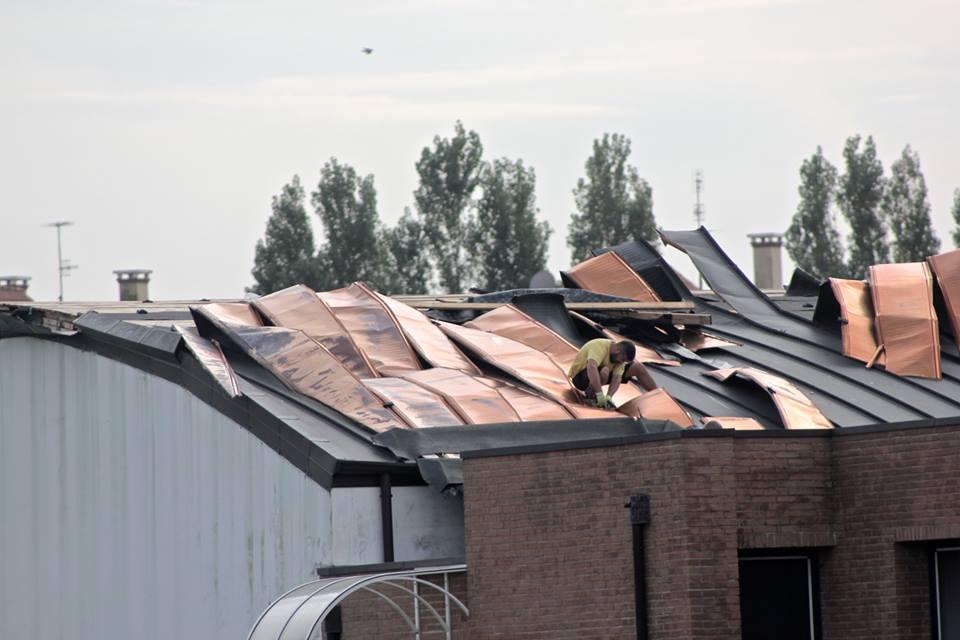 (I danni della tromba d'aria del 13 ottobre 2014 al tetto della scuola Giovanni Paolo II)