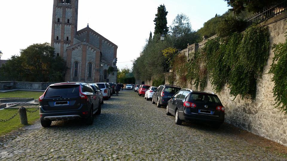 (Auto parcheggiate in via del Santuario)