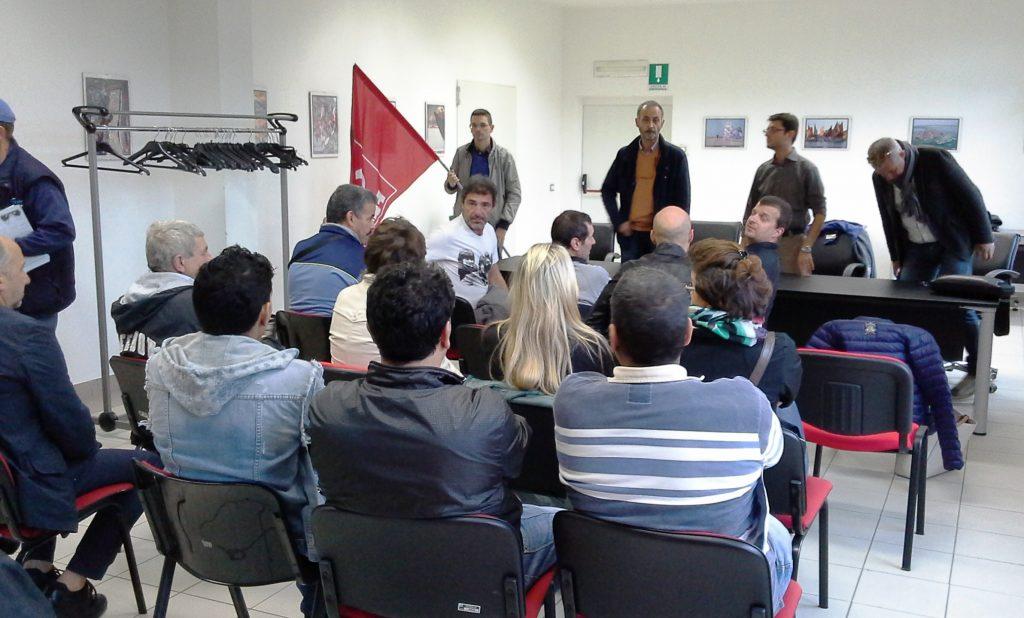 Foto dell'incontro tra sindacati e lavoratori in Sala Consiliare