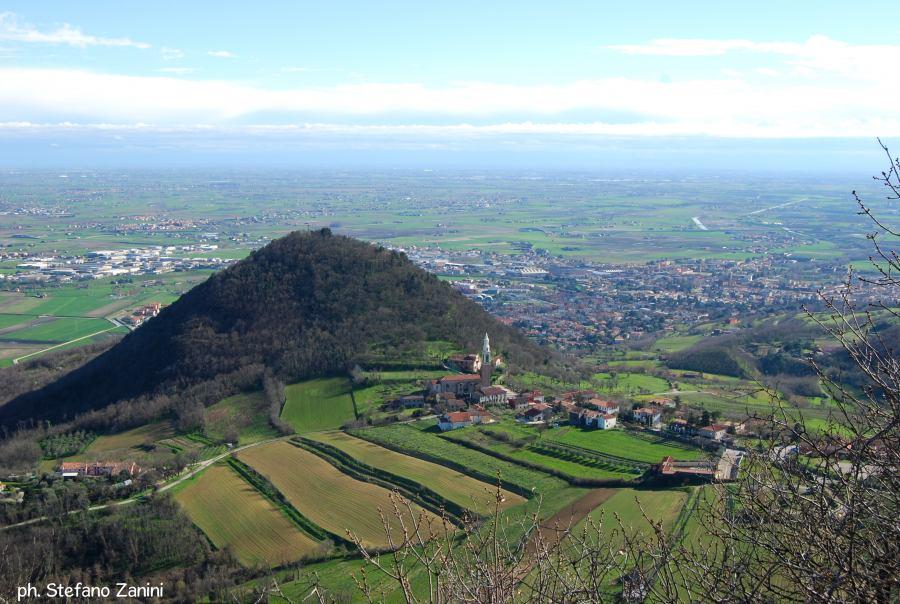 (Vista di Calaone di Baone dal Monte Cero. Fonte foto: www.euganeamente.it. Scatto di Stefano Zanini)