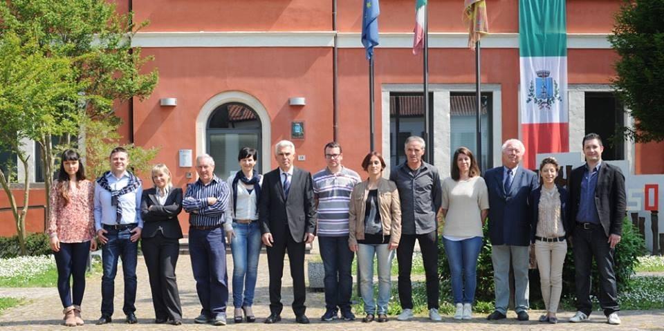"""La lista di maggioranza """"Per Pozzonovo Antonio Tognin Sindaco"""" al completo; Alessandro Sattin è il secondo da sinistra)"""