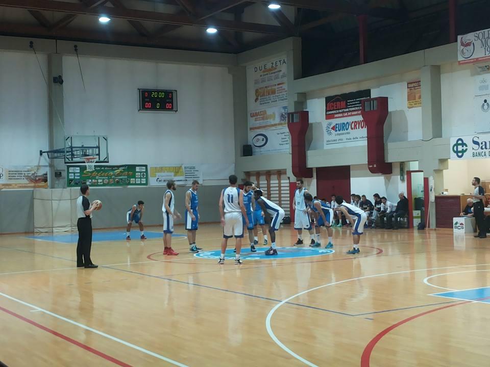 (La palla a due tra Solesino e Mirano di domenica sera. Fonte foto: pagina facebook bc Solesino)
