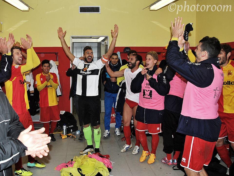 (I giocatori dell'Este esultano dopo la vittoria per 3-1 sul Monfalcone. Foto gentilmente concessa da www.photoroom.it)