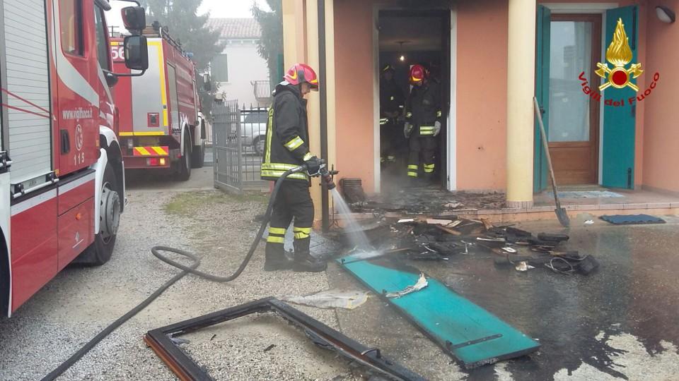 (I danni provocati dall'incendio. Fonte: vigili del fuoco di Este)