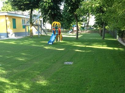 (I giochi nel giardino della Scuola dell'Infanzia di Sant'Elena. Foto di repertorio, fonte: www.comune.santelena.pd.it)