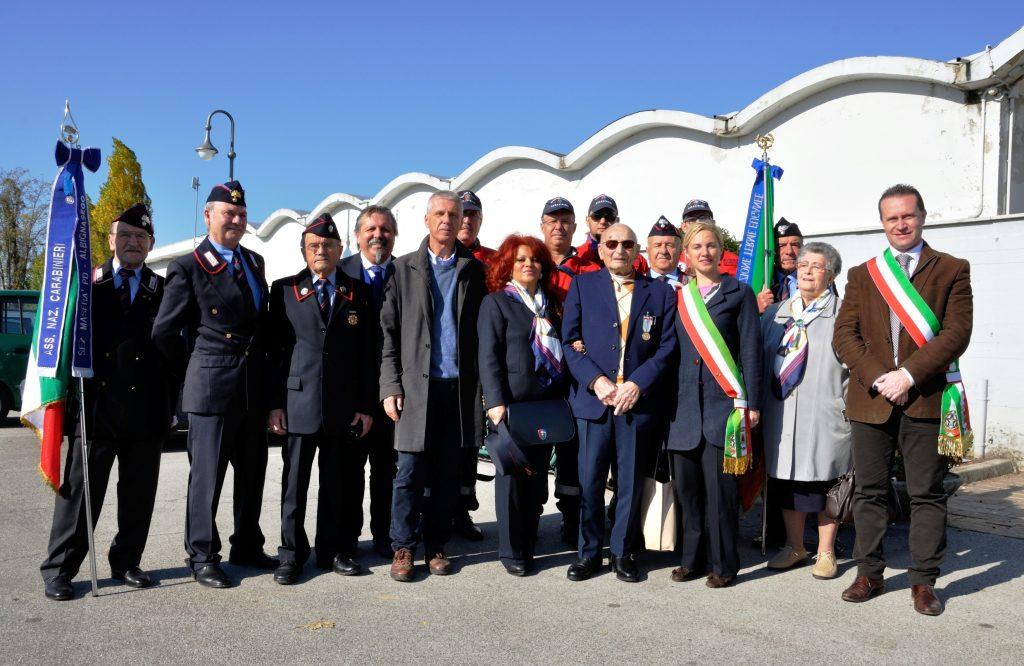 (Foto scattata dopo la cerimonia con Enrico Vanzini in completo blu accanto al sindaco di Casalserugo Elisa Venturini e al sindaco di Torreglia Filippo Legnaro)