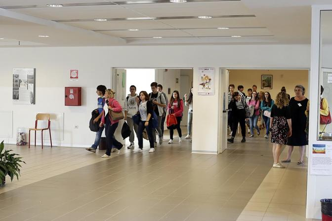 (Studenti all'interno del liceo Ferrari di Este)
