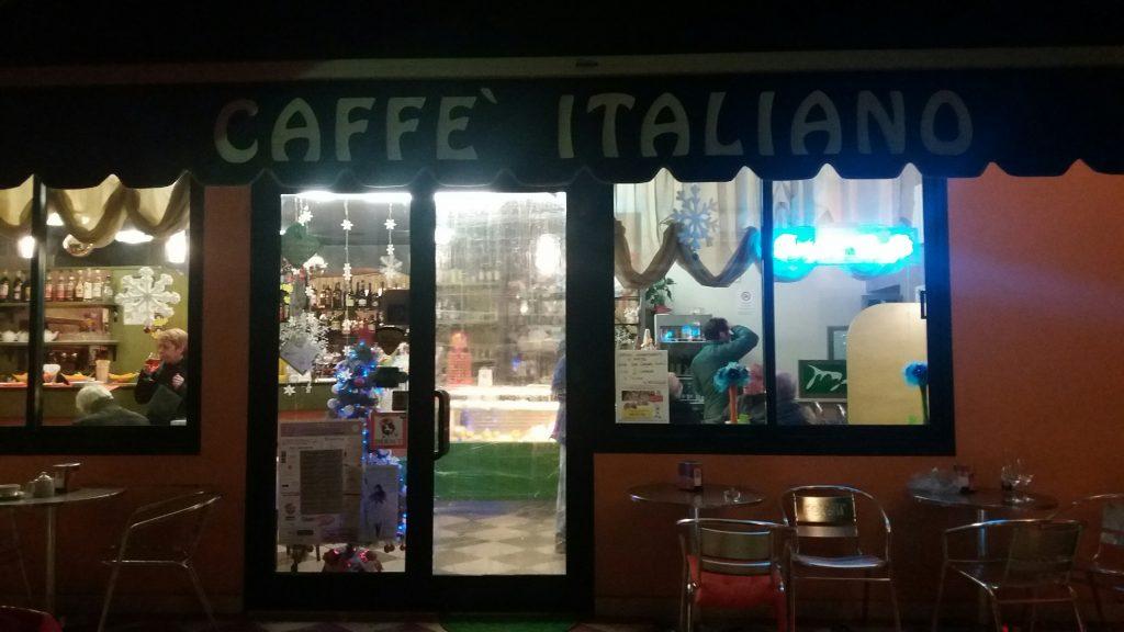 Il Caffè Italiano con la porta provvisoria in nylon