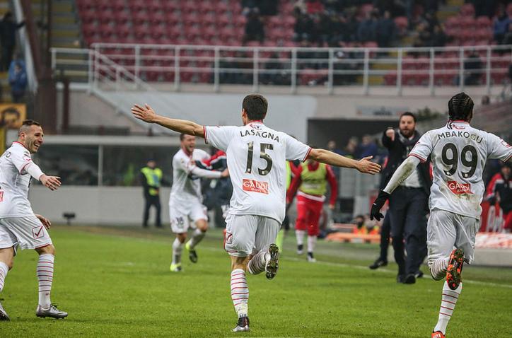 (Kevin Lasagna esulta dopo aver segnato il gol del definitivo 1-1 al 92' a San Siro contro l'Inter. Fonte foto: www.carpifc.com)