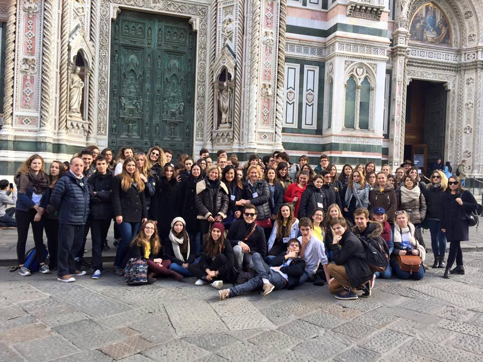 (Il gruppo al completo, sullo sfondo la chiesa di S.Maria Novella)